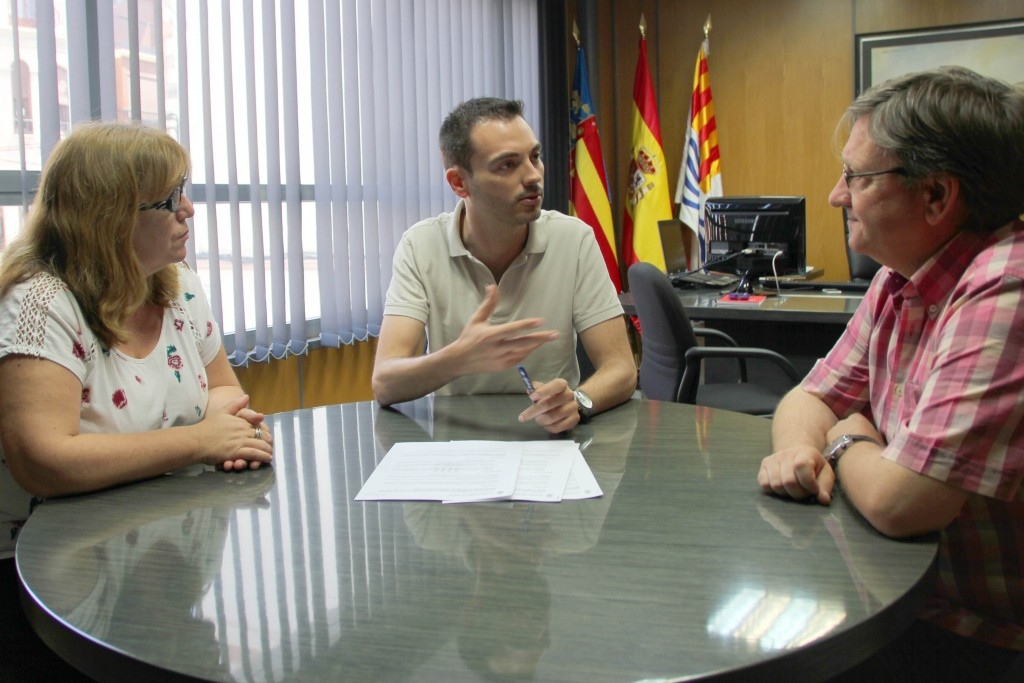Firma convenio comedor (MC Aguiella, Ximo Huguet,  Padre José García-Quisqueya)