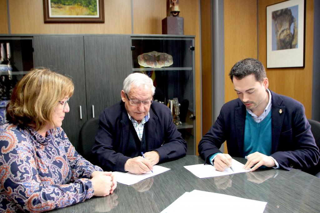 220216 Alcalde Onda, Ximo Huguet, firma convenio Fundación Amigó