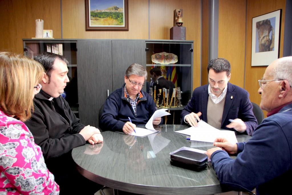 240216 Alcalde de Onda Ximo Huguet firma convenio Cáritas