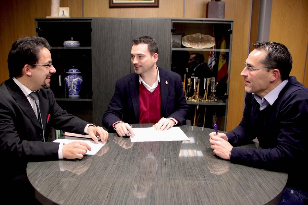 030316 Firma Convenio alcalde Ximo Huguet Ayuntamiento Onda, concejal Francisco Chalmeta, CD Onda