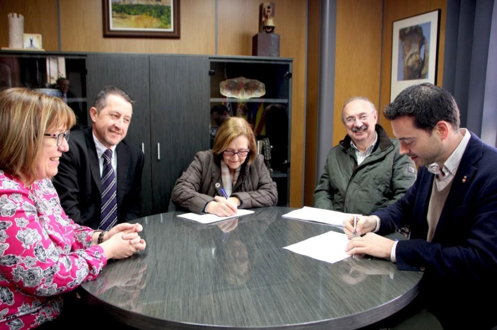 040316 Ximo Huguet alcalde de Onda firma convenio Asociación contra el Cáncer