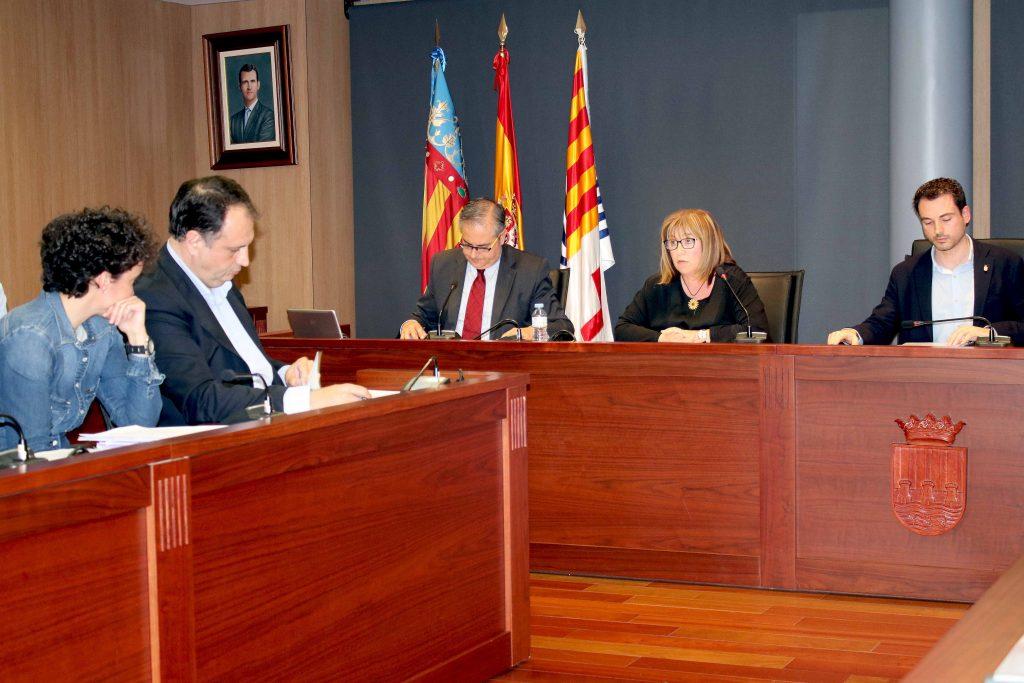 110516 Pleno Ayuntamiento Onda, concejala Mari Carmen Aguilella y alcalde Ximo Huguet